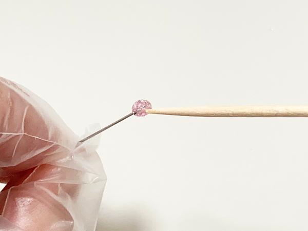 刺繍糸とレジンで作るキラキラまち針の作り方